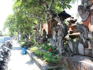 Dewa Bungalows Bali - street in front of us
