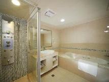 Noble Hotel: bathroom