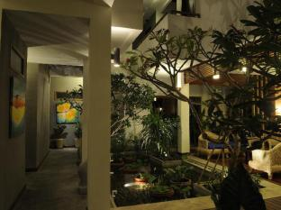 Frangipani Fine Arts Hotel Phnom Penh - Walkway