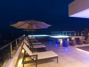 Renuka City Hotel Colombo - Outdoor Pool at Night
