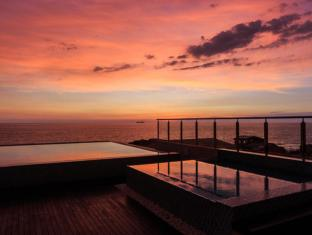 Renuka City Hotel Colombo - Pool at sunset