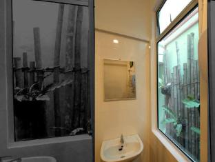 Woodpecker Lodge Kuching - The Bedroom Washroom View