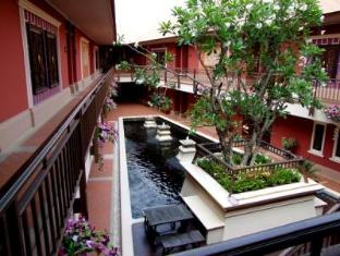Pretty Resort Hotel and Spa Bangkok - Fish Pond & Garden