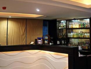 Pinnacle Hotel and Suites Davao City - Bar/Bekleme Salonu