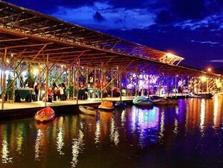 Sinar Serapi Eco Theme Park Resort Kuching - Lakeside Steamboat Buffet