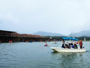 Sinar Serapi Eco Theme Park Resort Kuching - Boat Ride