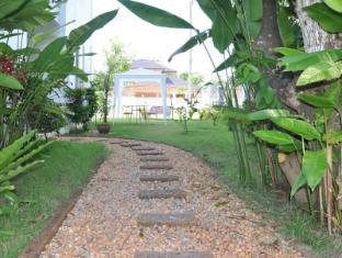 Arun Seaview Apartment Phuket - Walkway to The Pool