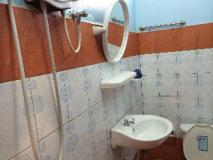Khamthavee Guesthouse: bathroom