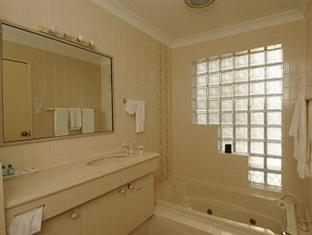 McNevins Parkway Motel Maryborough - Luxury Spa Bathroom