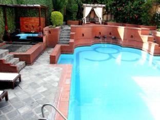 Hotel Shangri-La Kathmandu - Swimming Pool & Jacuzzi
