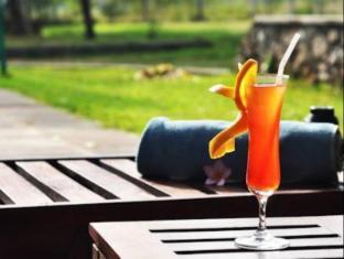 Gimanhala Hotel Sigiriya - Drink served by the pool