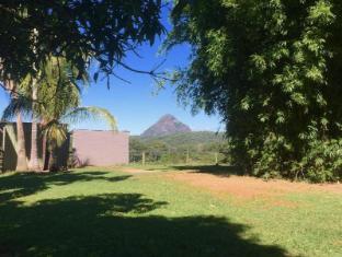 Blackwattle Farm B&B Sunshine Coast - gardens and mountains