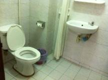 Rattana Guesthouse: bathroom