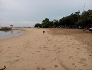 Ananda Beach Hotel Bali - Pludmale