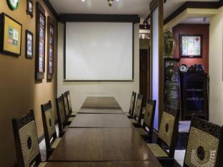 Dhanesvara Holistic Unique Homestay Surabaya - Meeting Room