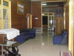 Wisma Mutiara Hotel Padang - Living Room