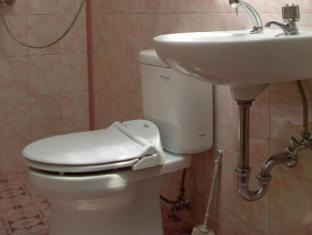 Wisma Mutiara Hotel Padang - Bathroom