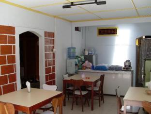 Wisma Mutiara Hotel Padang - Kitchen
