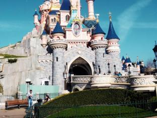 Day And Night Hotel Hong Kong - Get Discounted Tickets of Disney Land from the reception.