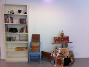 Feel Like Home Guest House Kuala Lumpur - Reading Corner