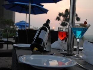 Radisson Blu Hotel New Delhi Paschim Vihar New Delhi and NCR - Food and Beverages