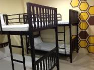 מיטה בחדר אכסניה שבו שש מיטות (חדר מעורב)