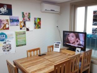 Hongdae Family Housetel 2 Seoul - Common area - TV & Table