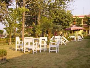 Hotel Rainforest Chitwan - बगीचा