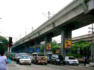 P Hostels & Residences Manila - Busy street of Aurora Blvd