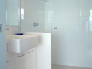Pacific Surf Absolute Beachfront Apartments Gold Coast - Bathroom