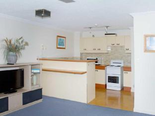 Pacific Surf Absolute Beachfront Apartments Gold Coast - Kitchen