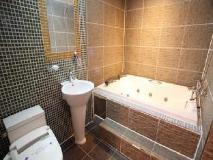 Mai Hotel: bathroom