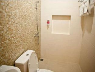H.O.M.E Guest House Surabaya - Bathroom