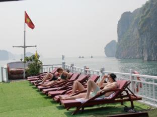 Halong Fantasea Cruise Halong - Sunbath