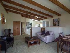 By the Bay Beachfront Apartments | New Zealand Budget Hotels