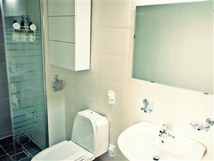 2Nville Guest house Seoul - Shower booth & toilet