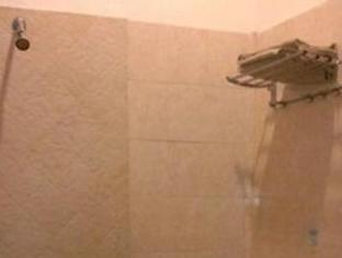 Cherry Red Hotel Medan - Bathroom