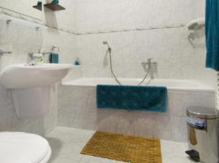 Kornelia Residence Budapest - Kornelia Residence, bathtub in bathroom