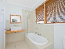 Bay Outlook Holiday House: bathroom