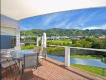 Bay Outlook Holiday House: balcony/terrace
