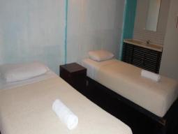 Soba z dvema ločenima posteljama s skupno kopalnico