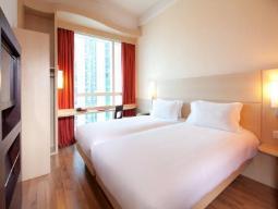 Standardna, dve ločeni postelji, pogled na mesto