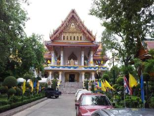 Shadow Inn Bangkok - Amazing View of Wat Samphantawong one of the oldest temples