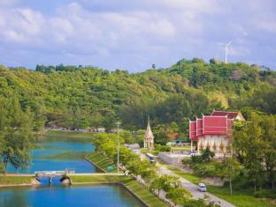 Sunsuri Phuket Hotel Phuket - Naiharn Lake & temple