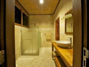 Three Monkeys Villas Bali - Bathroom