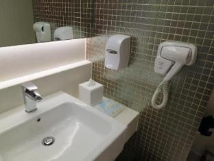 Holiday Inn Express Hong Kong Kowloon East Hong Kong - Bathroom