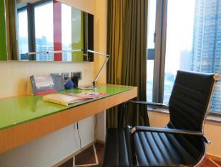 Holiday Inn Express Hong Kong Kowloon East Hong Kong - Working Desk with Ergonomic Desk Chair