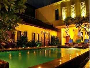 Coco de Heaven Hotel Bali - Pool at Night
