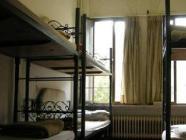Viengulė lova moterų nakvynės namų kambaryje