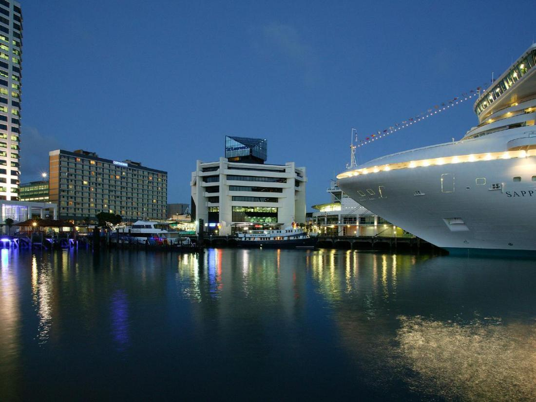 Copthorne Hotel Auckland Harbourcity at night
